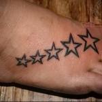 звездочки в ряд - татуировка на стопе мужская - фото