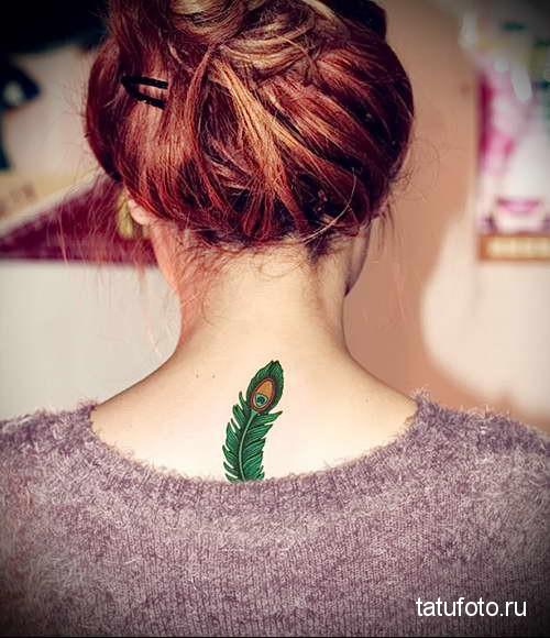 зеленое перо павлина - татуировка на шее женская - фото