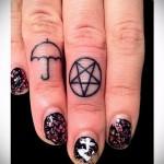 зонтик и перевернутая звезда в круге - татуировка на пальце для девушки (тату - tattoo- фото)