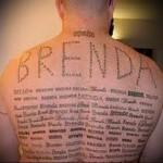 имя девушки и надписи - тату мужская на спине фото