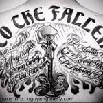 каска - берцы и надписи на столбе - тату мужская на спине фото