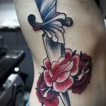 кинжал и цветы роз - женская татуировка на боку