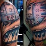 клавиши рояля - мужская татуировка на плече