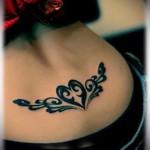 классическая тату с сердцем - татуировка на пояснице женская фото