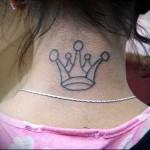 классная корона - татуировка на шее женская - фото