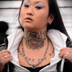 клыки вампира - татуировка на шее женская - фото