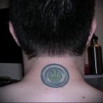 кнопка выключения питания - татуировка на шее мужчины - фото