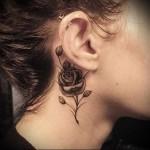 красивая роза за ухо - татуировка на шее женская - фото