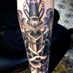 красивая татуировка на руку с большим ножем