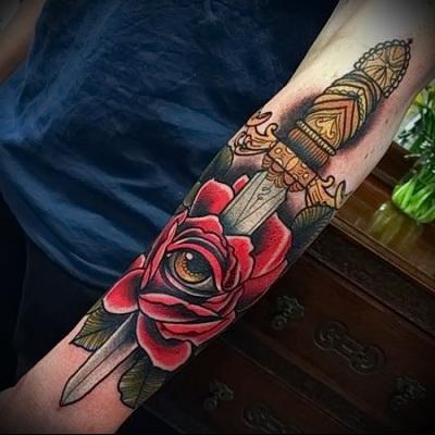 красивая тату роза и нож с золотой рукояткой
