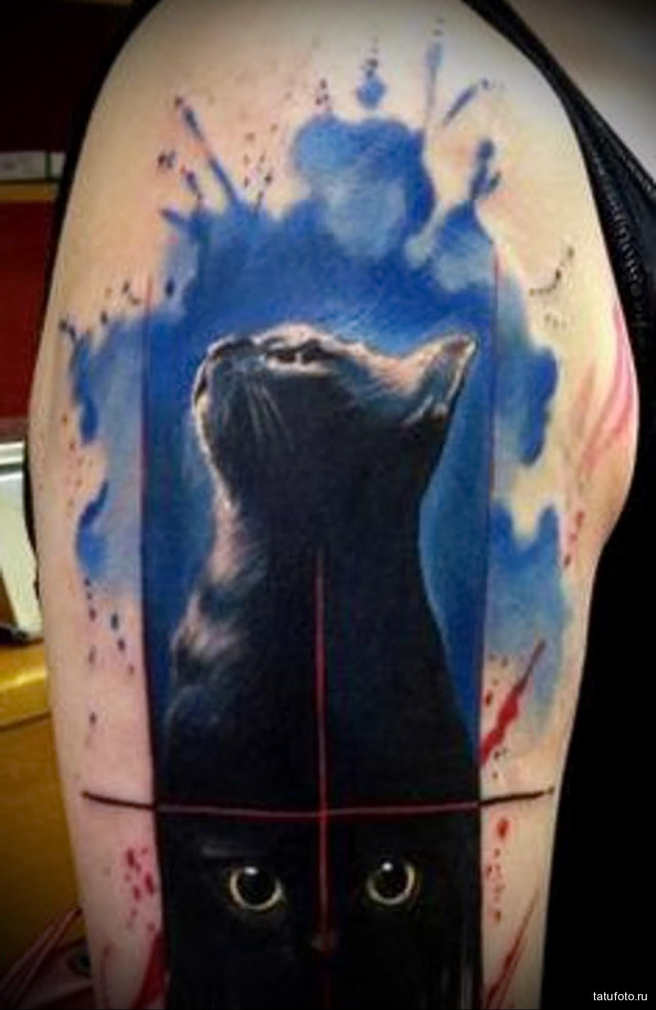 красивая тату с черной кошкой - мужская татуировка на плече