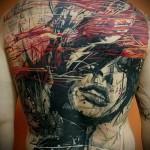 красивое лицо девушки и краски - тату мужская на спине фото
