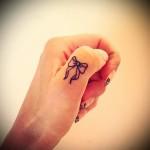 красивый бантик - татуировка на пальце женская (тату, tattoo)