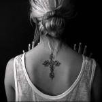 красивый - крупный крест - татуировка на шее женская - фото