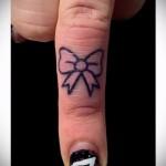 красивый маленький бантик - татуировка на пальце для девушки (тату - tattoo- фото)