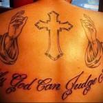 крест - ладони и надписи молитвы - тату мужская на спине фото