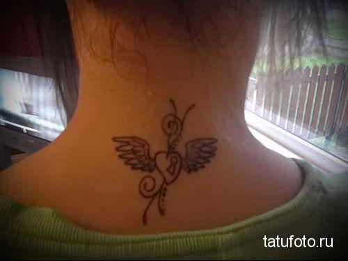крылатое сердце - татуировка на шее женская - фото