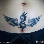крылья и завиток - женская татуировка на шраме - перекрытие - фото