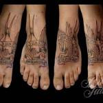 ласточка и надписи - татуировка на стопе мужская - фото
