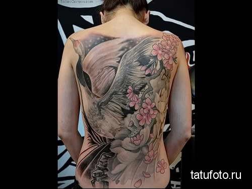 лебедь на взлете и цветы тату на спине женская
