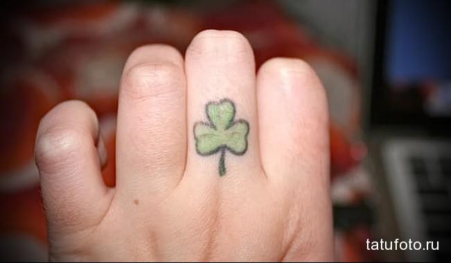листок клевера - татуировка на пальце женская (тату, tattoo)