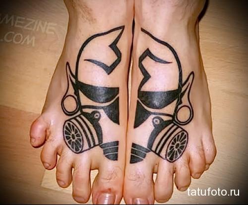 лицо в противогазе татуировка на ноге мужская