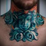 лицо девушки - скульптура - татуировка на шее мужчины - фото