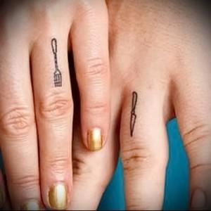 маленькая татуировка с ножем и вилкой на пальце