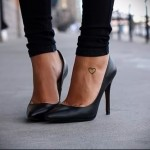 маленькое сердечко - татуировка в нижней части ноги девушки