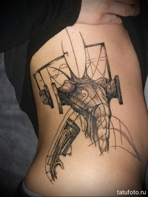 маникен человека - женская татуировка на боку