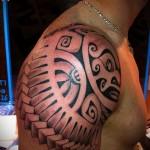 маори морда - мужская татуировка на плече