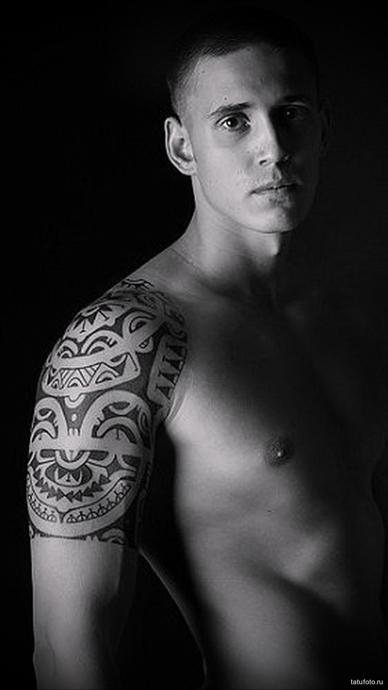 маори тату на плече молодому парню - мужская татуировка на плече