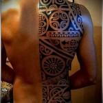 маори узры в черных тонах - тату мужская на спине фото
