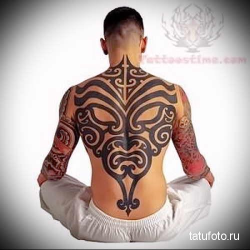 маска демона из узоров и линий - тату мужская на спине фото