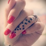 много звездочек - татуировка на пальце для девушки (тату - tattoo- фото)