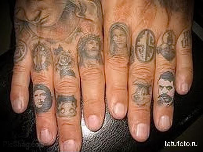 много портретов перстнями в татуировке на пальцах для мужчины