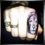 морда льва - татуировка на пальце женская (тату, tattoo)