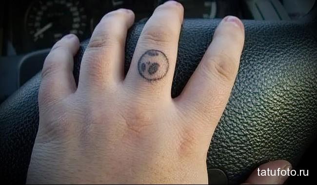 мордочка панды - татуировка на пальце женская (тату, tattoo)