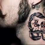 мужчина с трубкой - татуировка на шее мужчины - фото