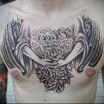 надписи, женские ладони с цветком - мужская татуировка на грудь