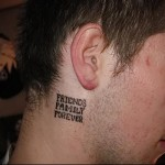 надпись - друзья и семья навсегда - татуировка на шее мужчины - фото