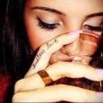надпись со словом love - татуировка на пальце для девушки (тату - tattoo- фото)
