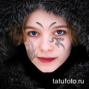 нарисованная тату на лице у девушки