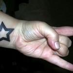 одна звезда в татуировке на запястье