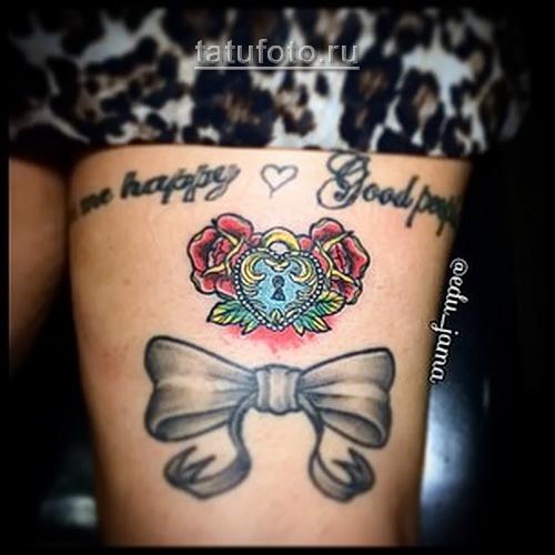 олд скул татуировка на женской ноге - замочек, розы и бантики