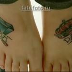 олд скул татуировка на ногах - алмаз с короной и надписи - мама и папа