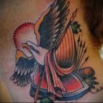 орел в полете - татуировка на шее мужчины - фото