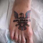 орел и надпись - татуировка на стопе мужская - фото