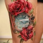 открытые часы и красные розы в тату на ногу для девушки