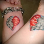 парная татуировка с рисунком сердца которое разделено на синюю и красную половину